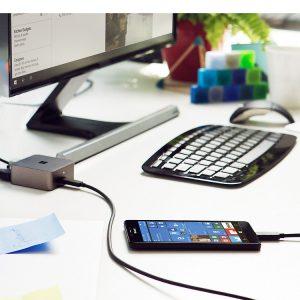 در قسمت میانی لبه سمت راست لومیا 950 ایکس ال شاهد دکمهی روشن خاموش در بین دکمههای تنظیم صدا و همچنین کمی پایینتر دکمهی شاتر دوربین برای عکاسی آسانتر هستیم.در قسمت پایین صفحهنمایش نیز شاهد حضور میکروفونی برای انجام مکالمات و درگاه USB نوع C هستیم.
