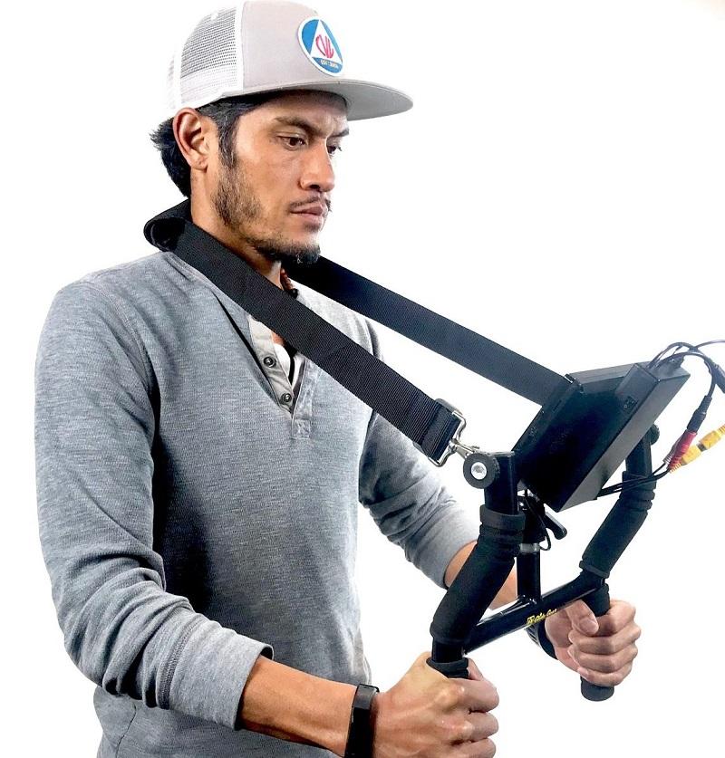 استفاده از نگهدارندهی حرفهای تلفن همراه روی شانه