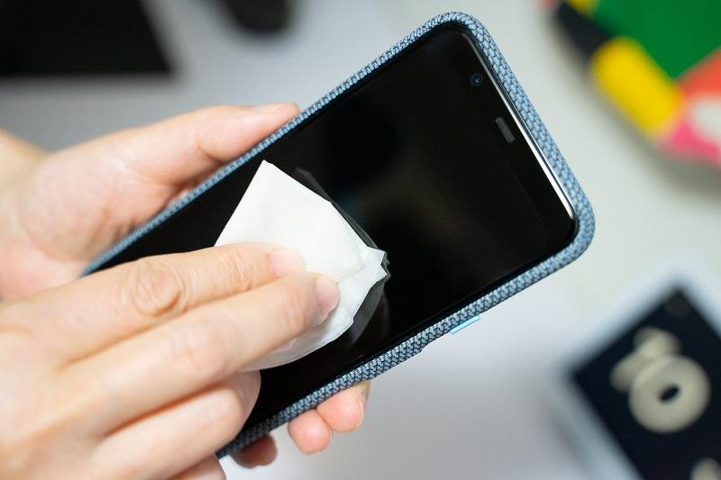 تمیزکردن صفحه نمایش تلفن همراه
