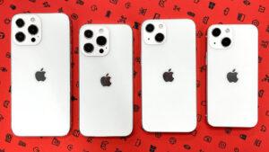 آیفون ۱۳، آیفون ۱۳ مینی، آیفون ۱۳ پرو و آیفون ۱۳ پرو در رنگ سفید روی صفحه قرمز