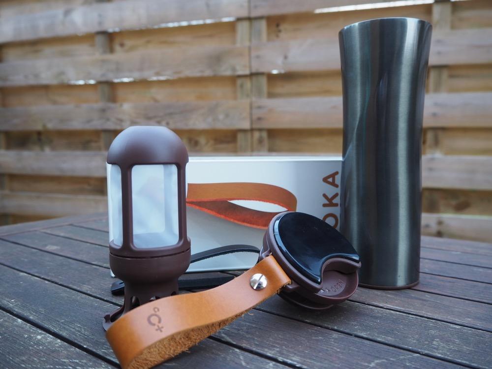 فلاسک قهوه ساز و بند چرمی آن در کنار فیلتر چایی/قهوه